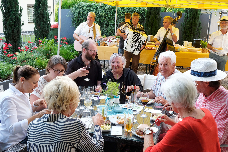 Besucherinnen und Besucher genossen den sommerlichen Abend in den Rankweiler Gastgärten. © Gerold Wehinger