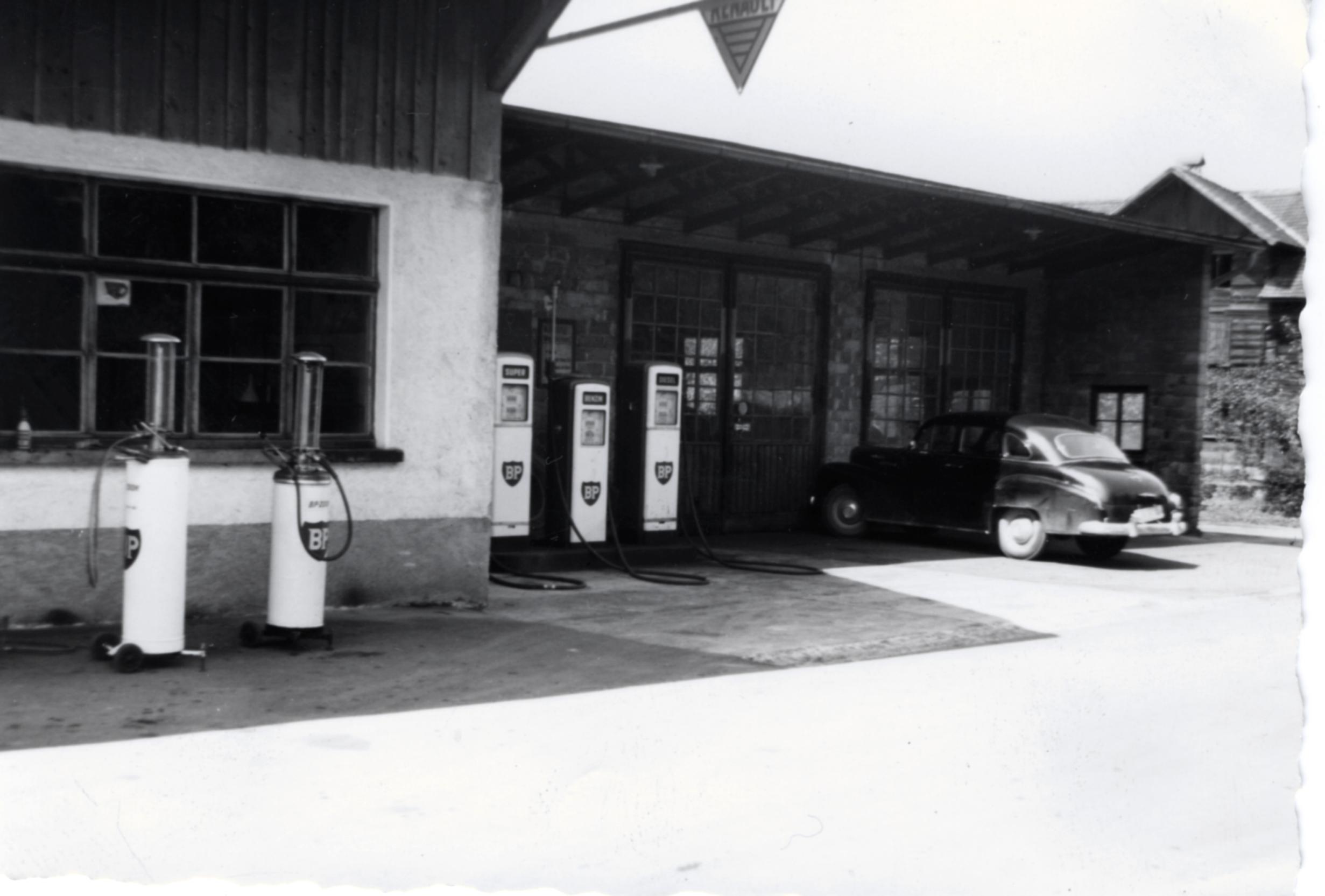 Die Tankstelle mit Fahrradwerkstatt in den 50er Jahren.