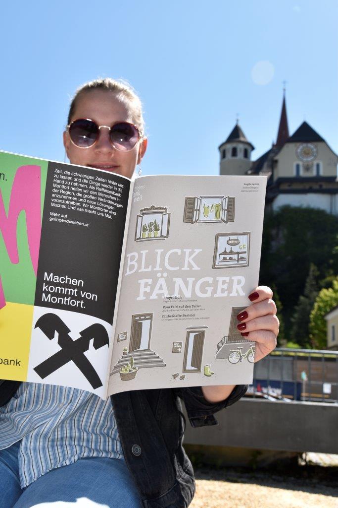Frau liest Blickfänger am Marktplatz © MG Rankweil.jpg