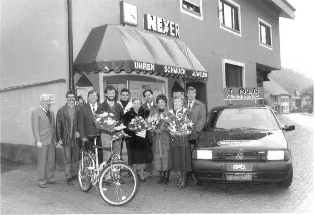 Zur feierlichen Übergabe des Fiat Tipo wurde mit Sekt angestoßen.